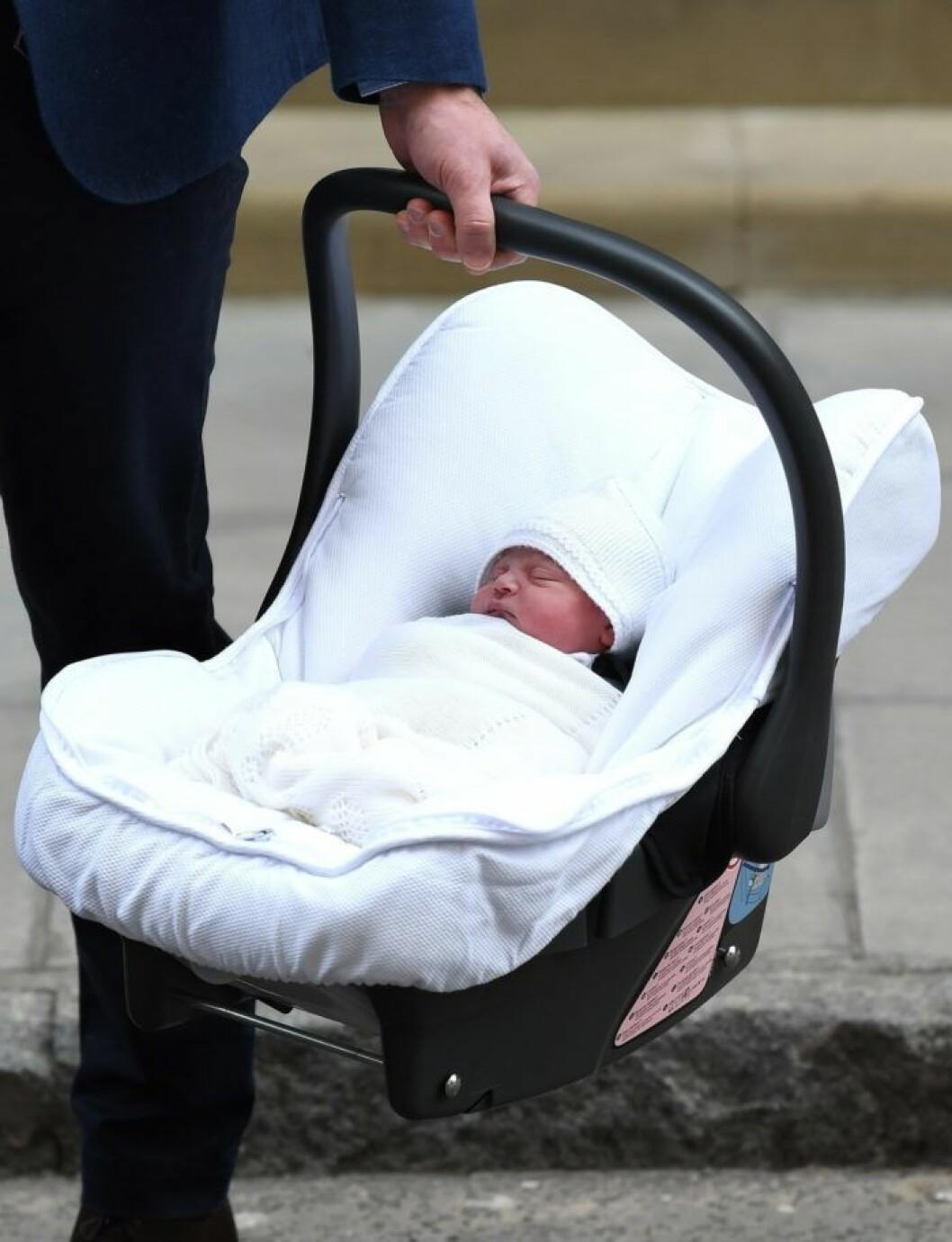 Nyfödd Prins Louis i babyskydd
