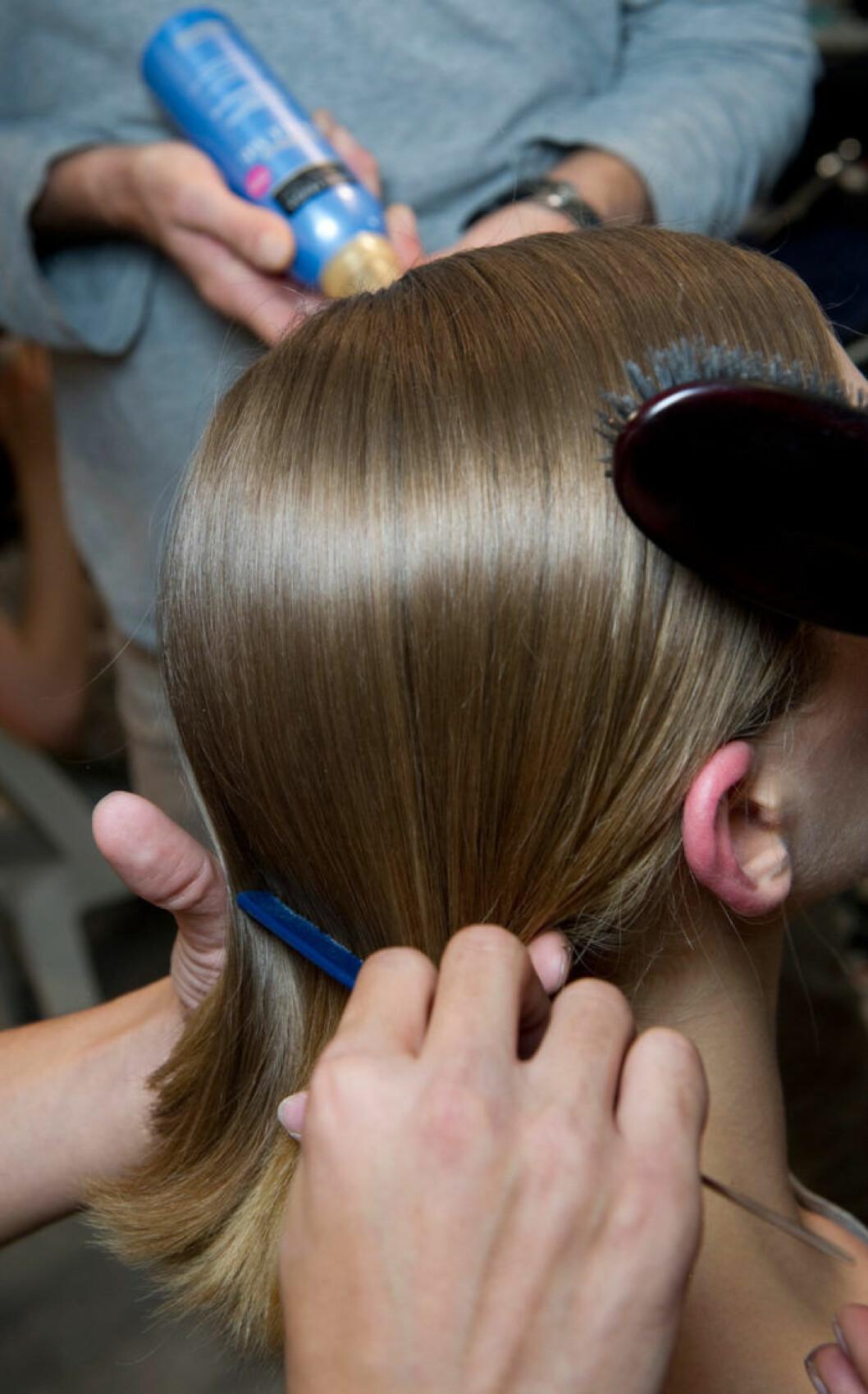 huvud med någon som borstar håret