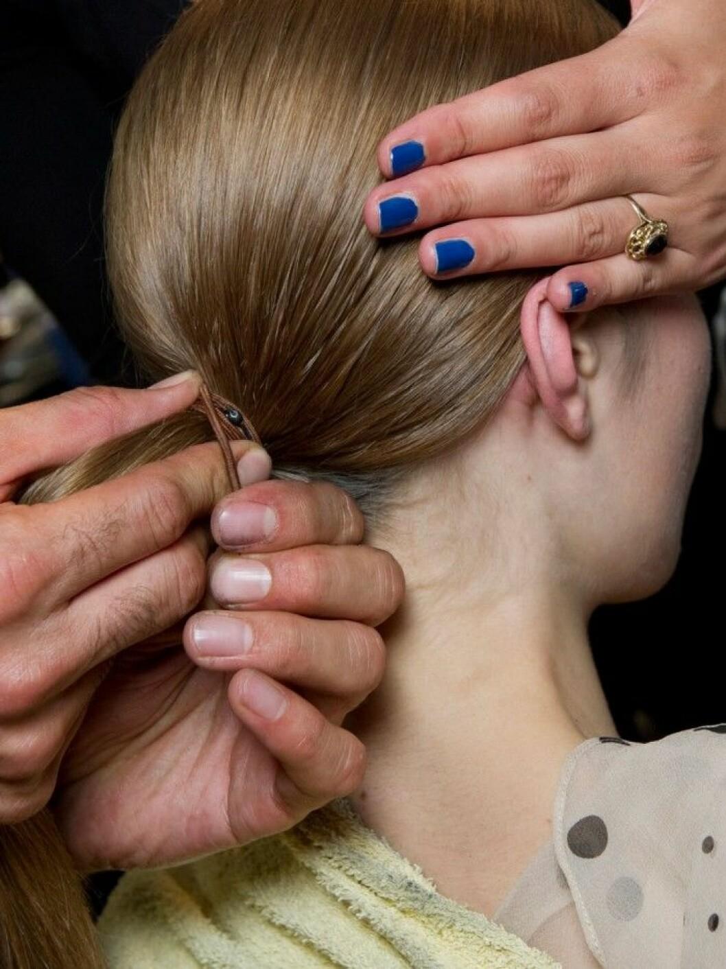 kvinna som får håret uppsatt