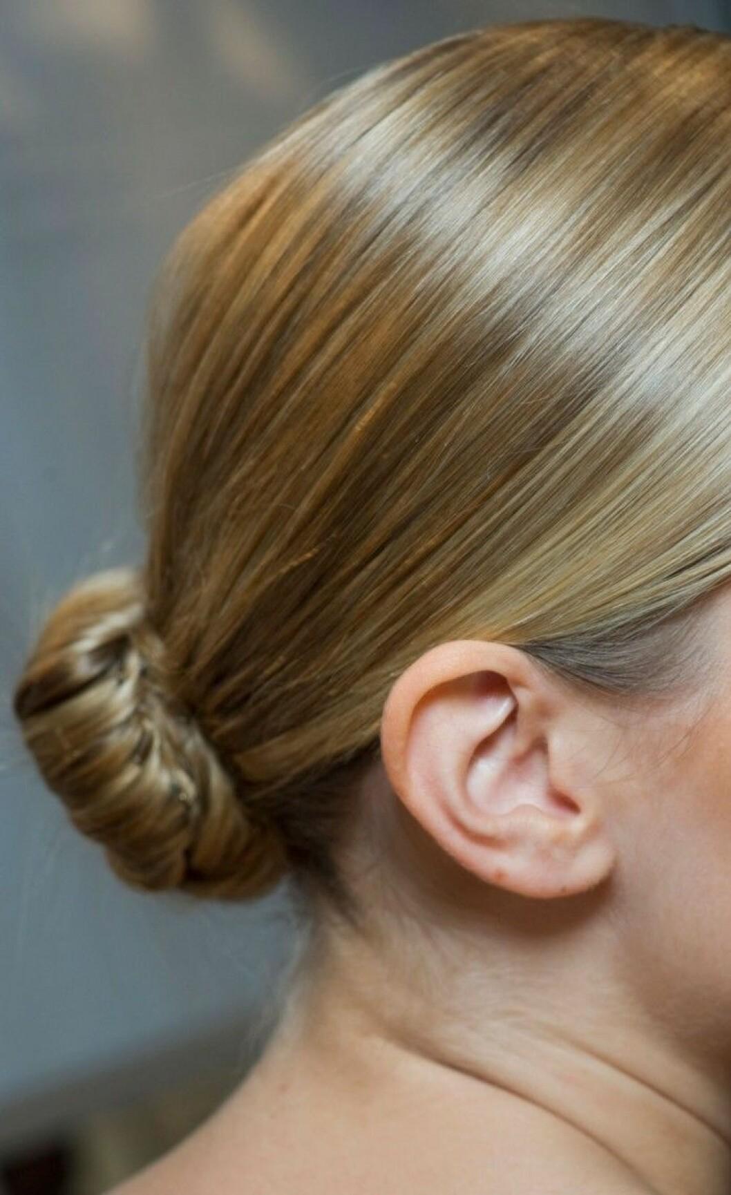 Kvinna med knut lågt ner på huvudet