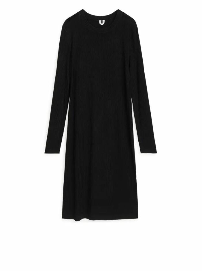 svart stickad klänning Arket