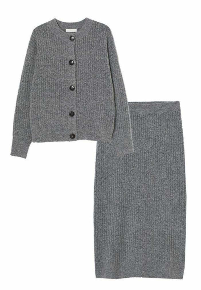 stickat set med kjol och kofta
