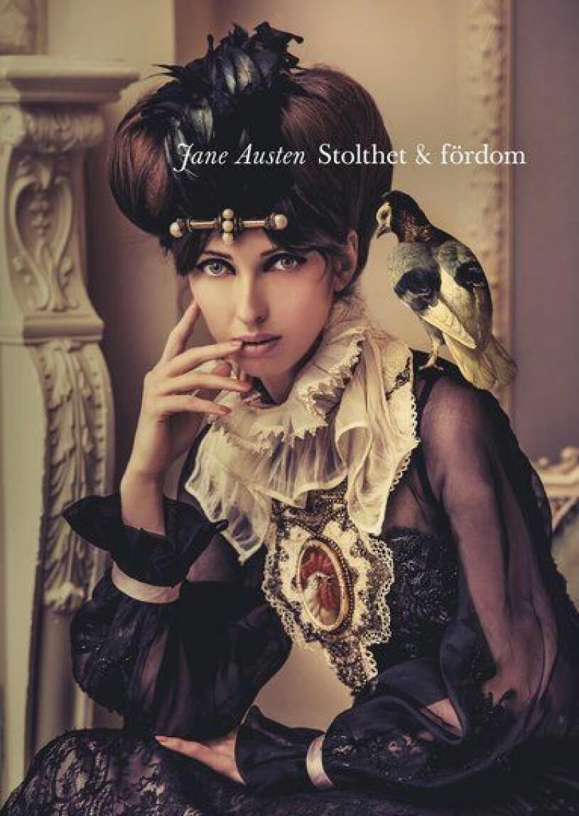 En kvinna med en fågel på axeln.
