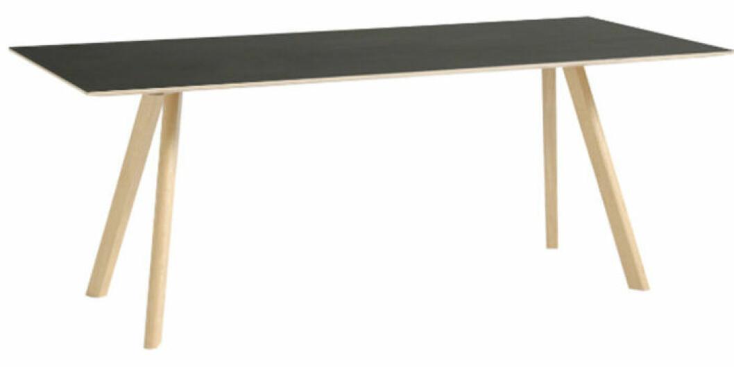 Matbord i ek och svart skiva