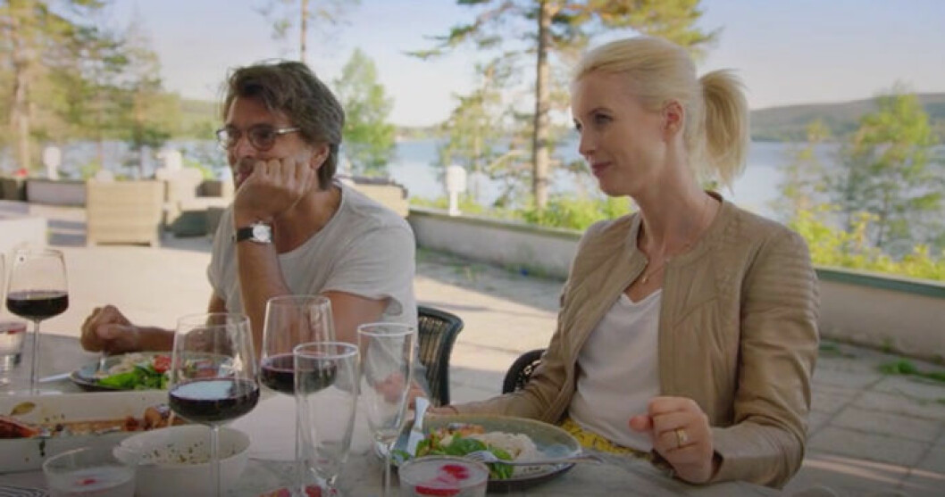 Niklas och Jenny Strömstedt lyssnar till hur paret träffades första gången.