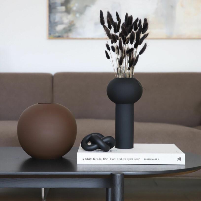 minimalistiskt stilleben på soffbord