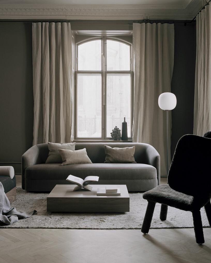minimalistiskt och lågt soffbord i skandinavisk stil