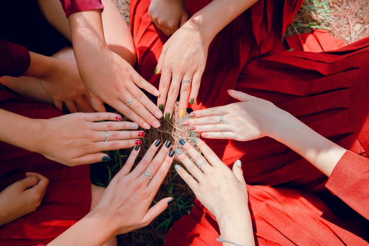 regnbågens alla färger på naglarna i sommar
