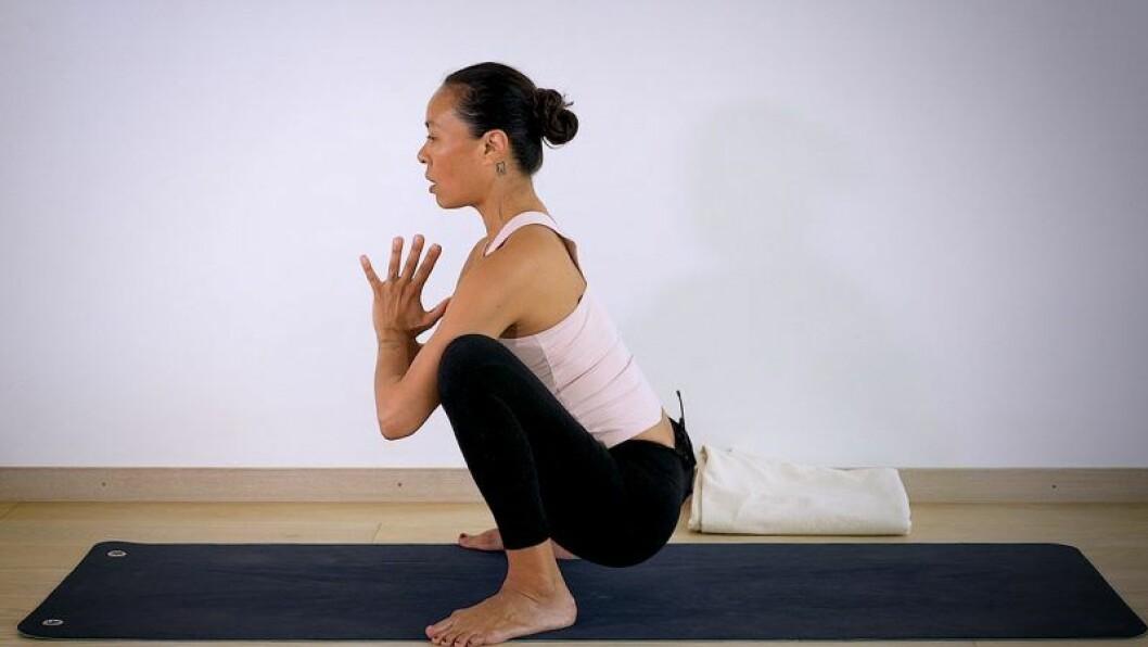 Johanna Ljunggren gör yogapositionen sumosquat