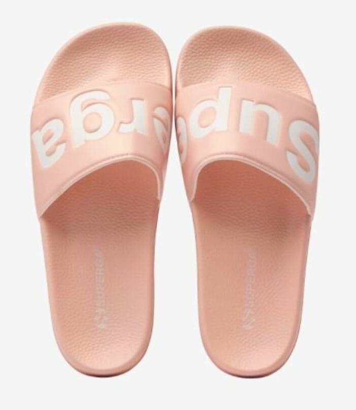 Ljusrosa, sportiga badtofflor i plast med vit logga över foten. Badtofflor från Superga.