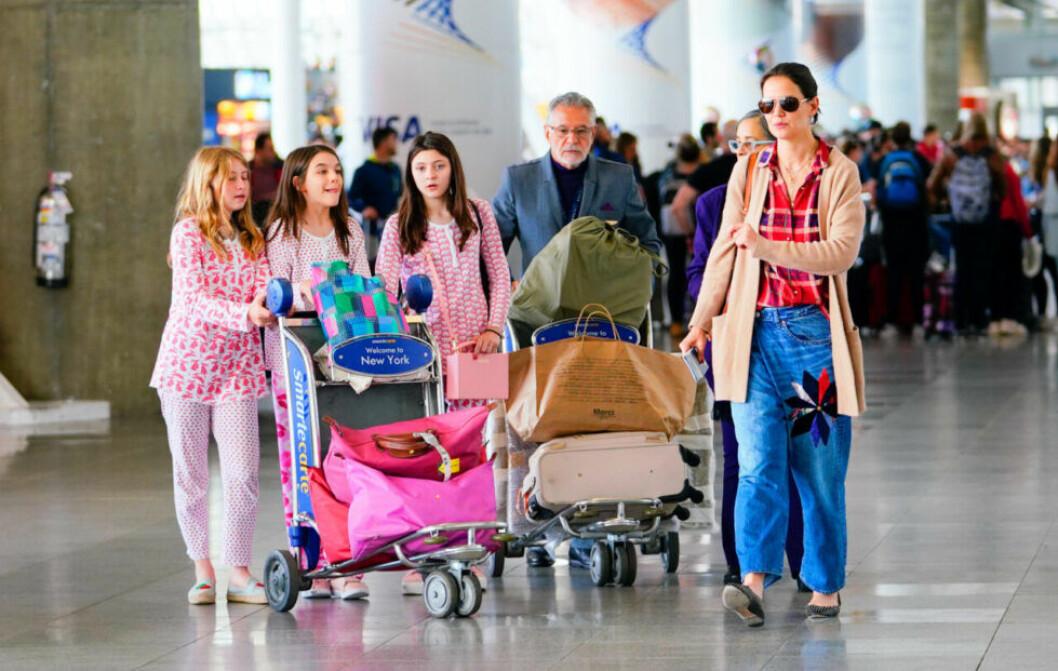 Suri Cruise med vänner och Katie Holmes går på flygplatsen med sin packning