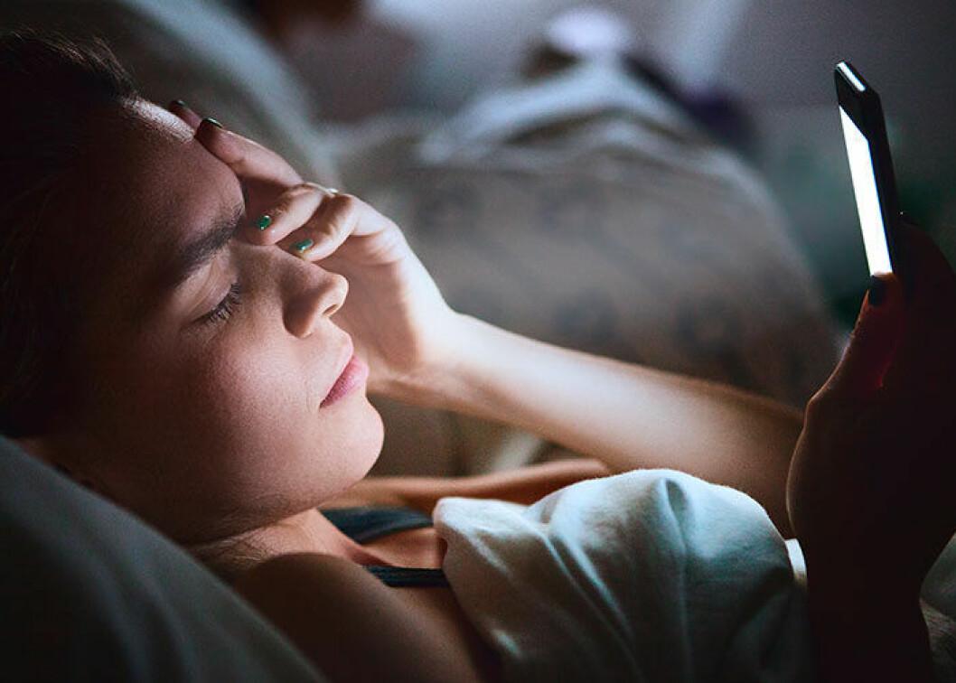 kvinna har svårt att sova
