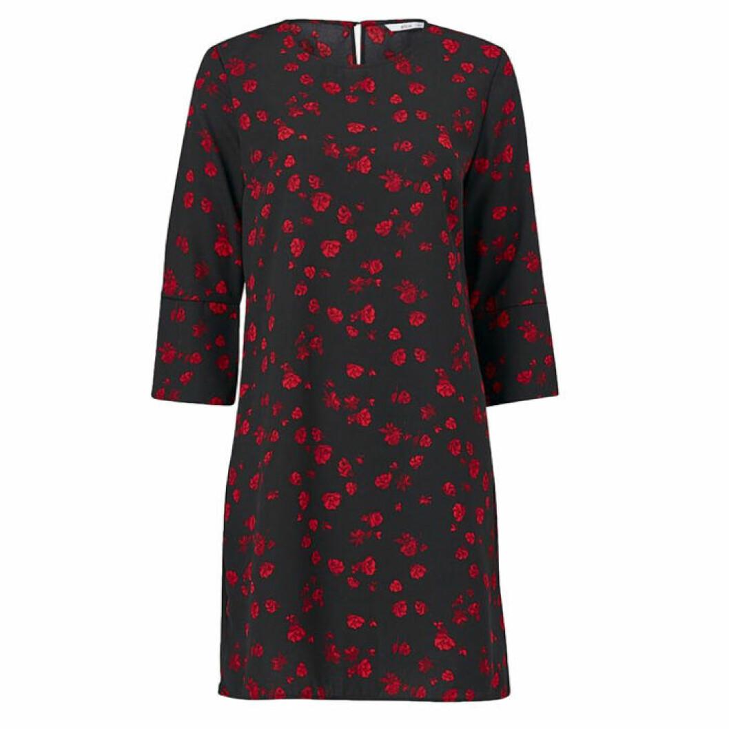 Rödsvart klänning i figurmodell