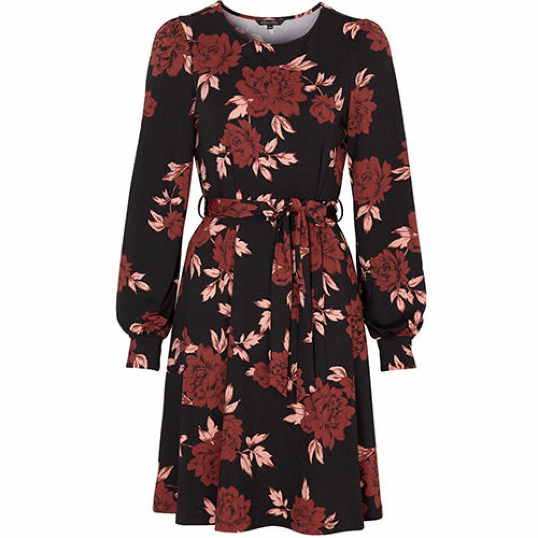 Röd klänning med svarta blommor