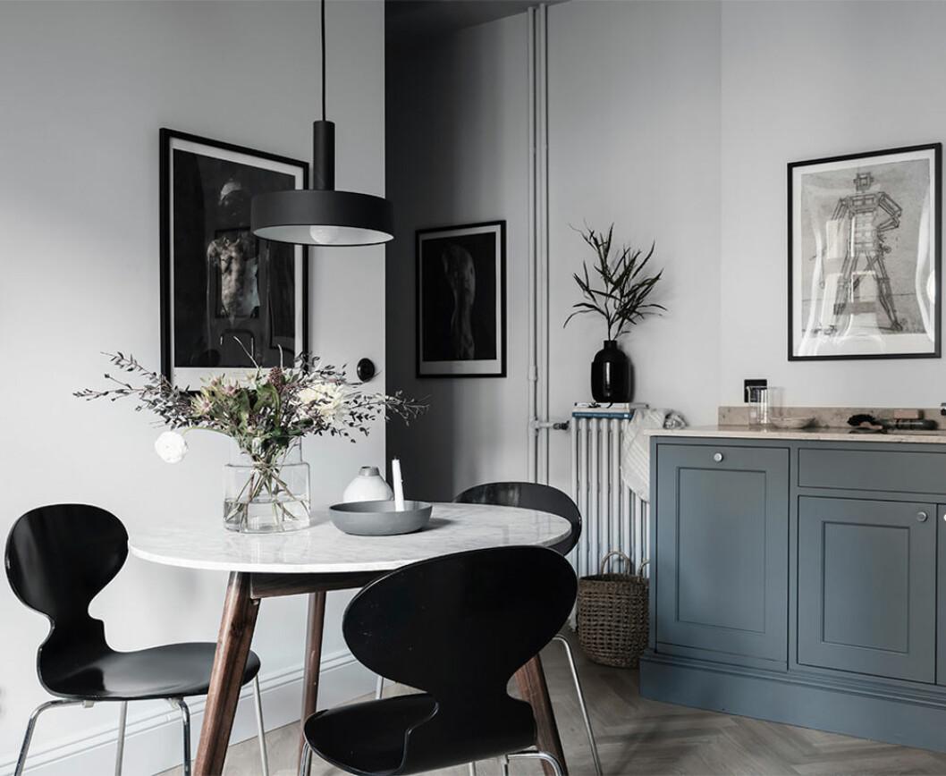 Svart lampa och svarta stolar