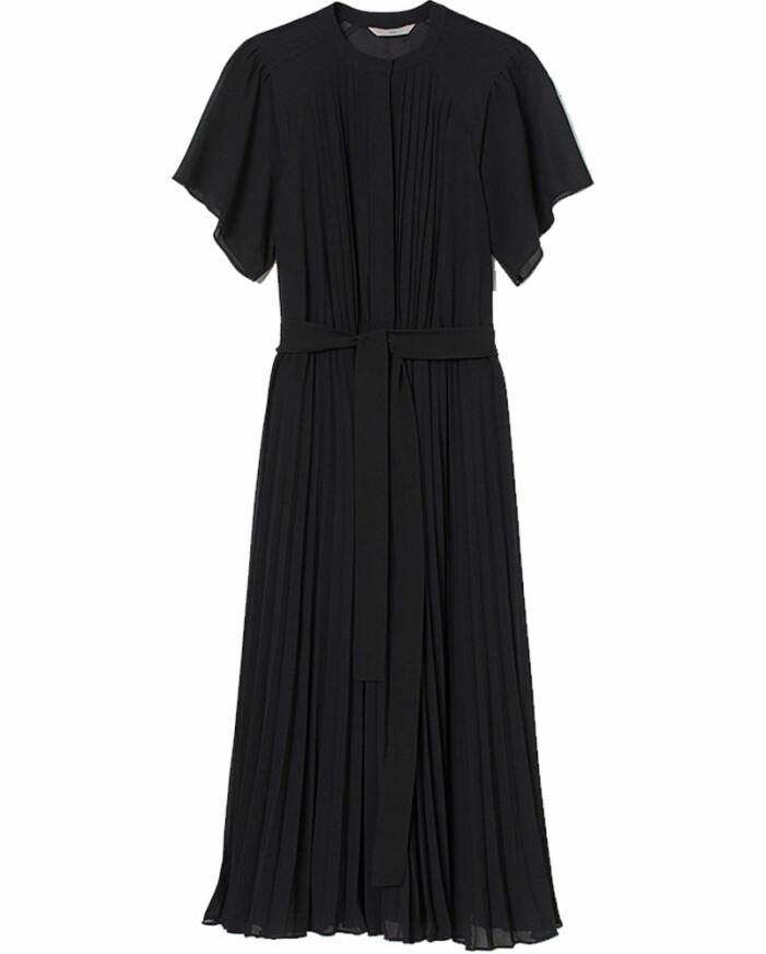 svart plisserad klänning