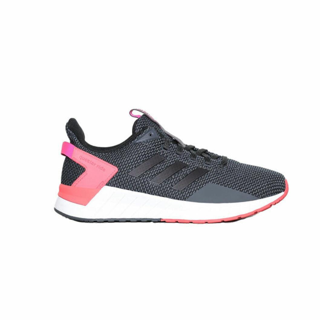 Svart sko med rosa detajler från Adidas