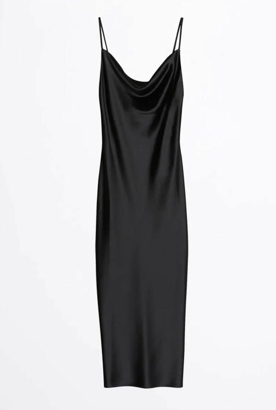 Svart slipklänning i glansigt material