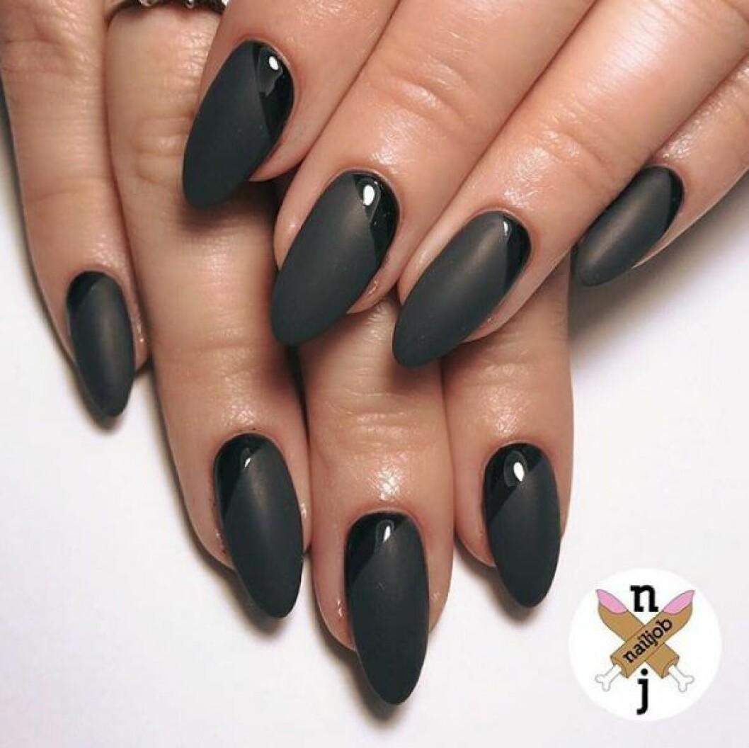 En bild på en manikyr i svart och matt svart färg.
