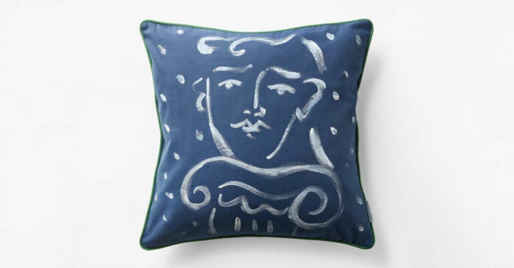 Blå kudde frpn Svenskt tenns designsamarbete med Luke Edward Hall