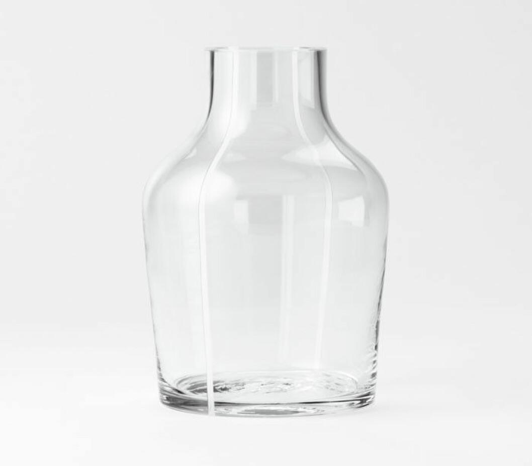 """Tim Karlssons vas """"Kontur"""", är en hyllning till Svenskt Tenns grundare Estrid Ericson. Flaskformen är munblåst i en handsvarvad träform på Reijmyre Glasbruk."""