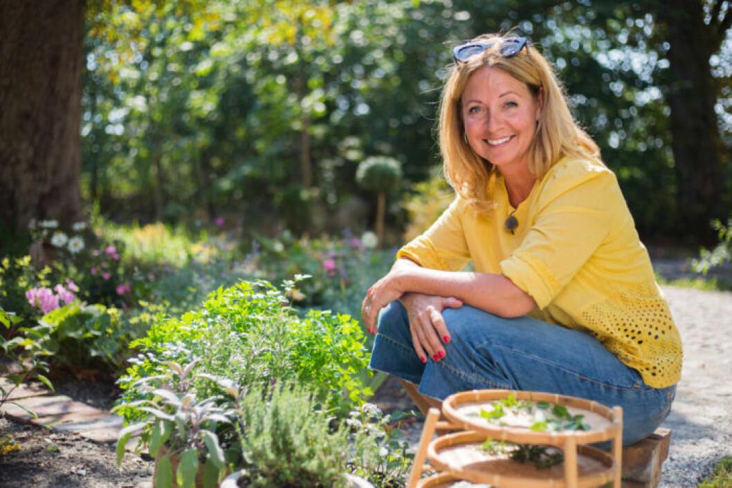 Pernilla Månsson Colt i trädgården.