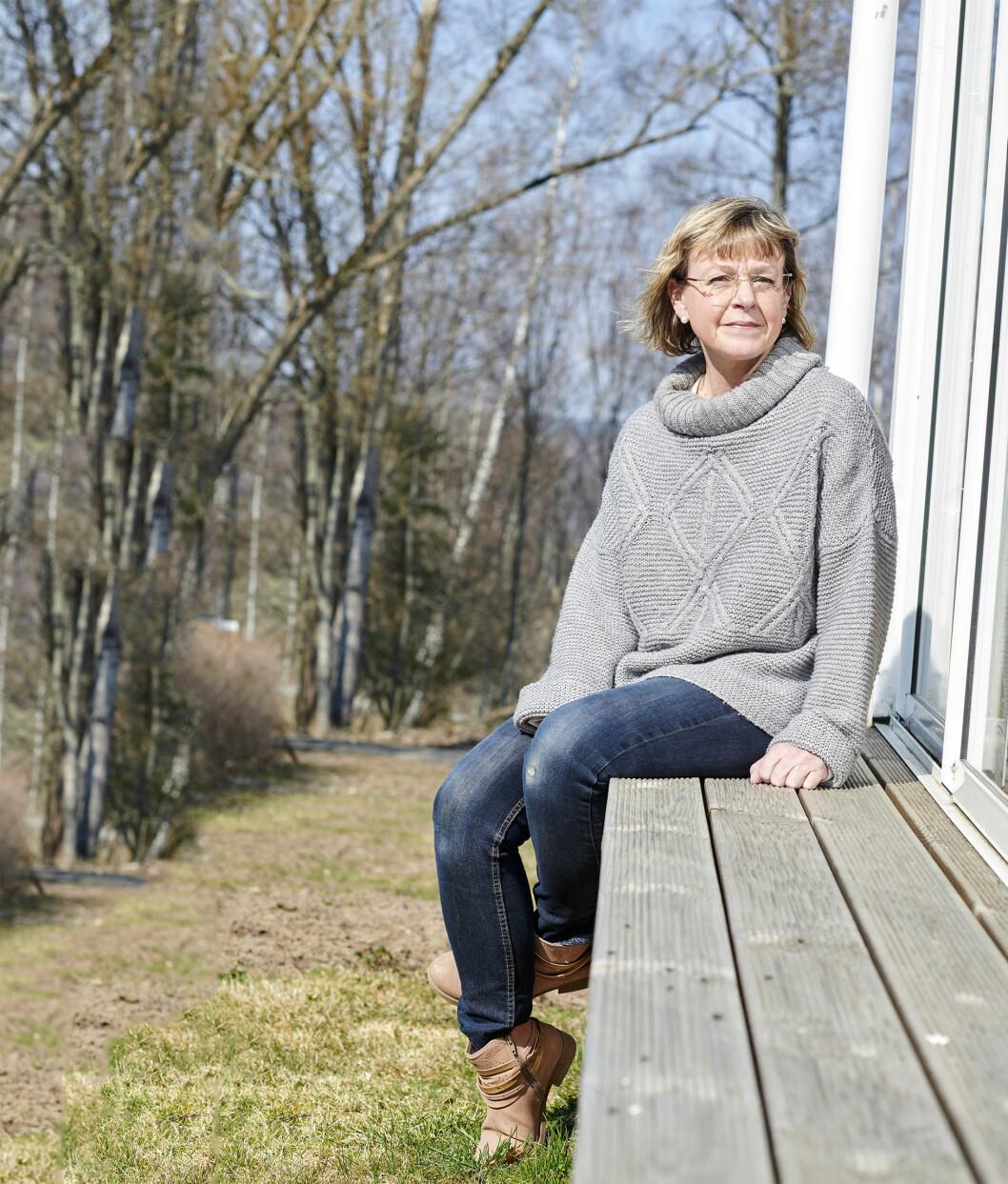 Sussi sitter på en bänk i solen och berättar om sin och systerns sjukdom –cystisk fibros-