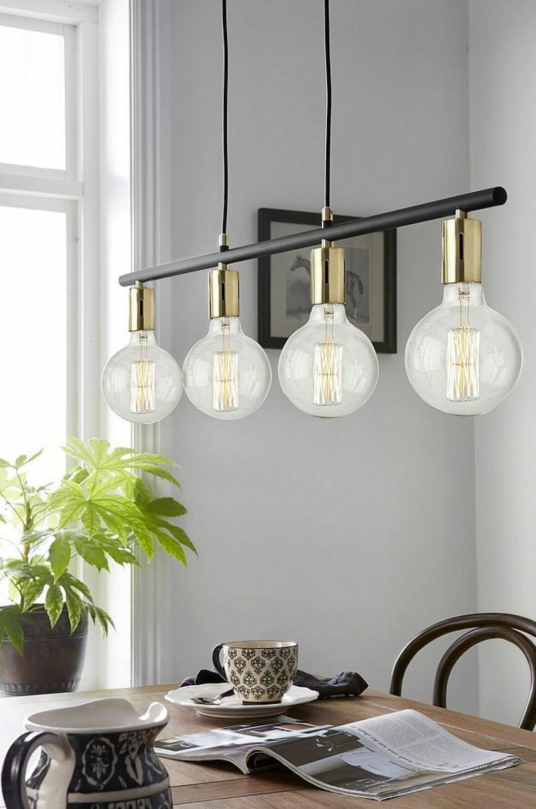 Taklampa med flera lampor i mässing