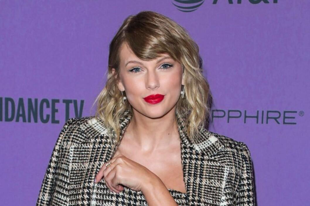 Taylor Swift i rutig kavaj och rött läppstift