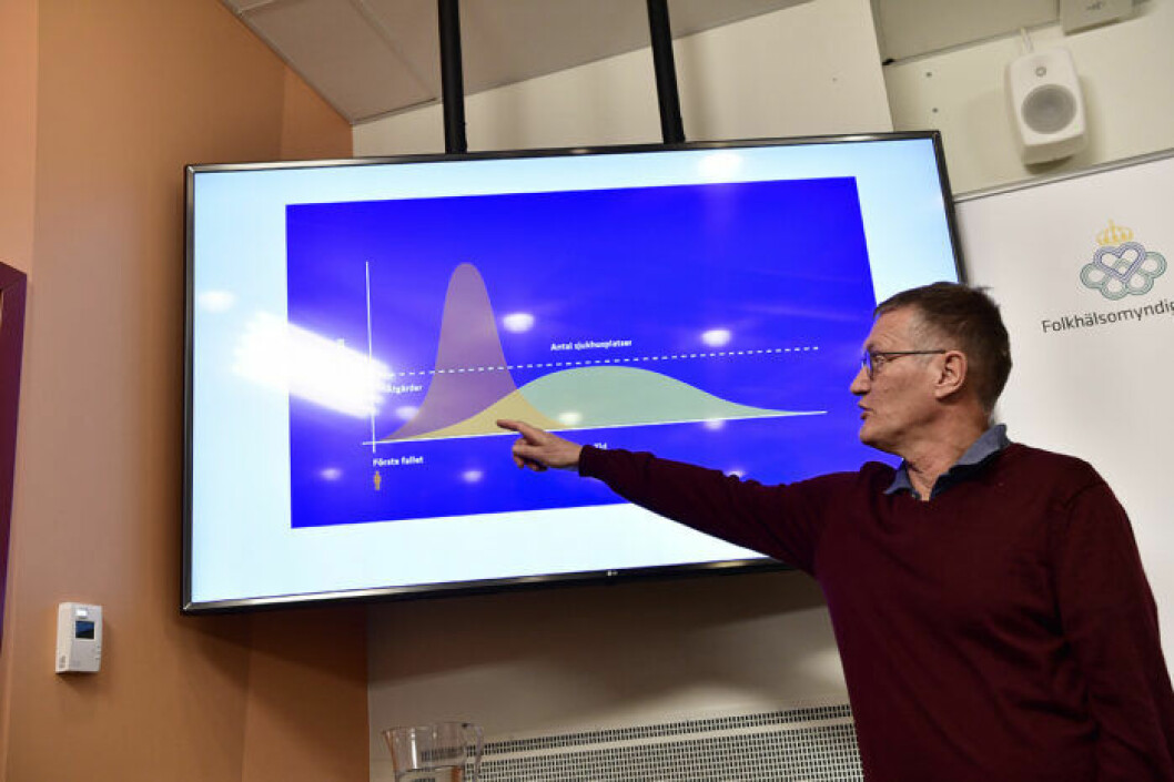 Statsepidemiolog Anders Tegnell på Folkhälsoinstitutet visar en grafik på hur spridningen av coronaviruset covid-19 kan fördröjas.