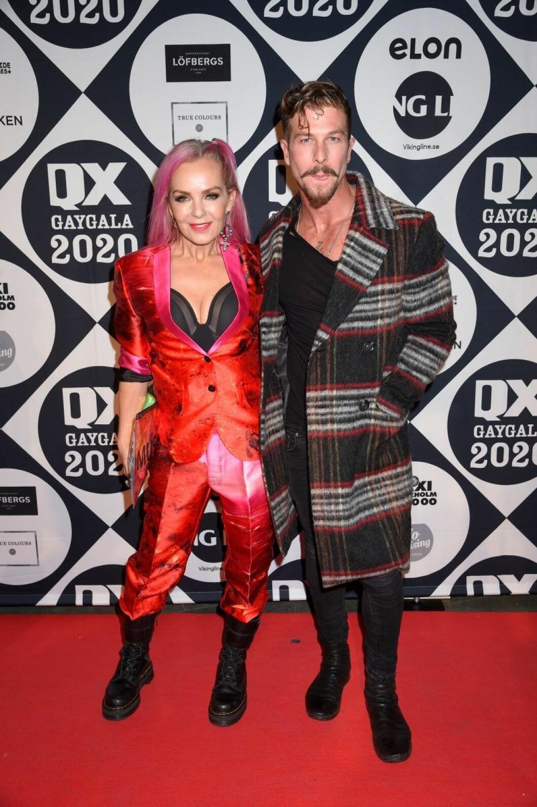 Tess Merkel och Kenny Solomons på röda mattan på QX-galan 2020