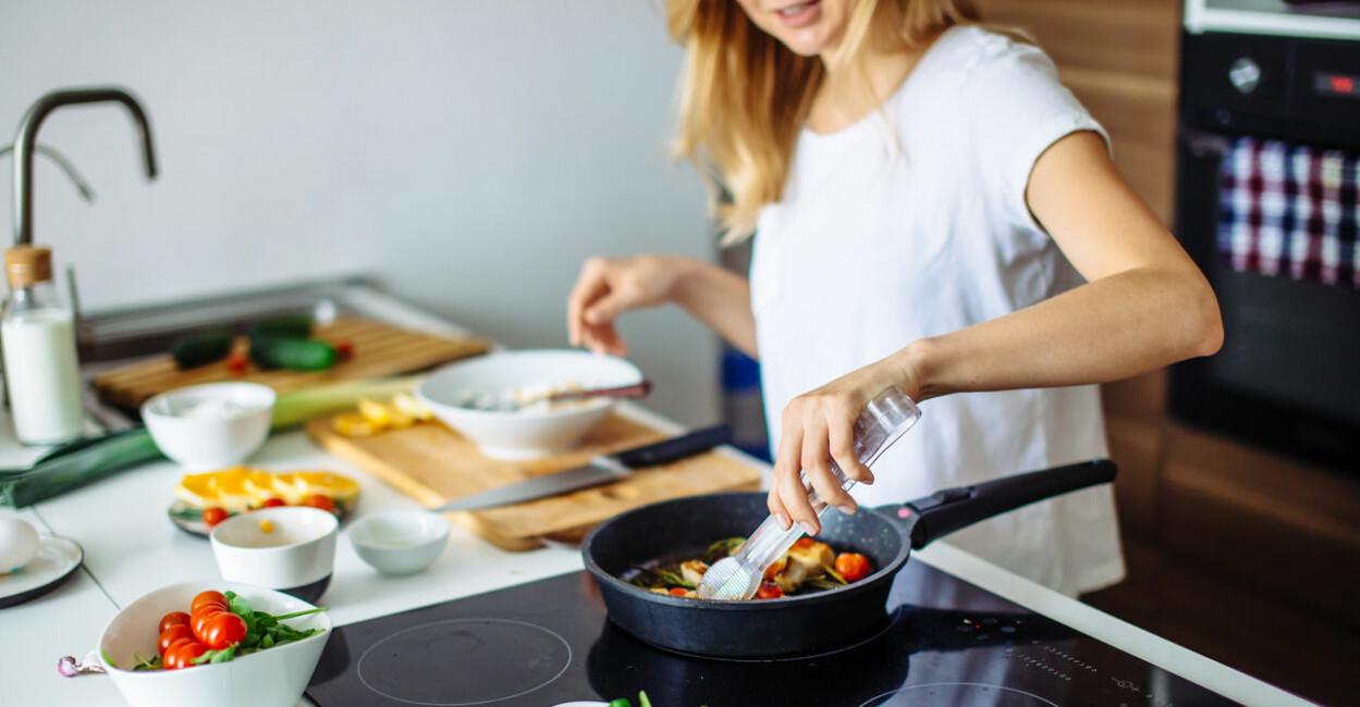 kvinna som lagar mat