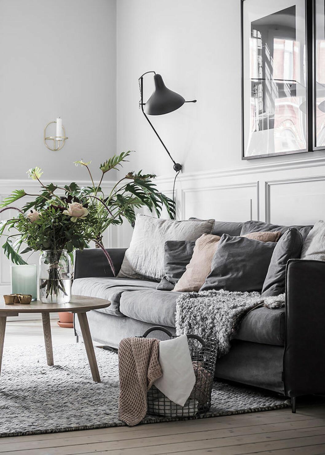 Mysig minimalistiskt vardagsrum med textilier