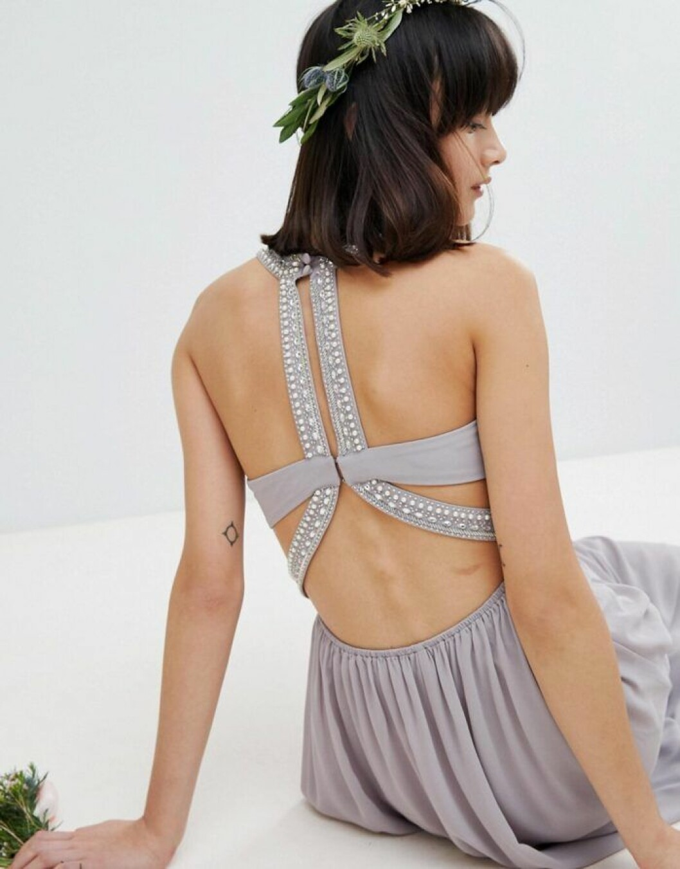 En bild på en grå maxiklänning med utsmyckad rygg från Asos.