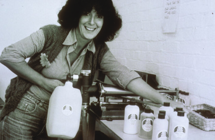 anita roddick med de första refillflaskorna på 70-talet