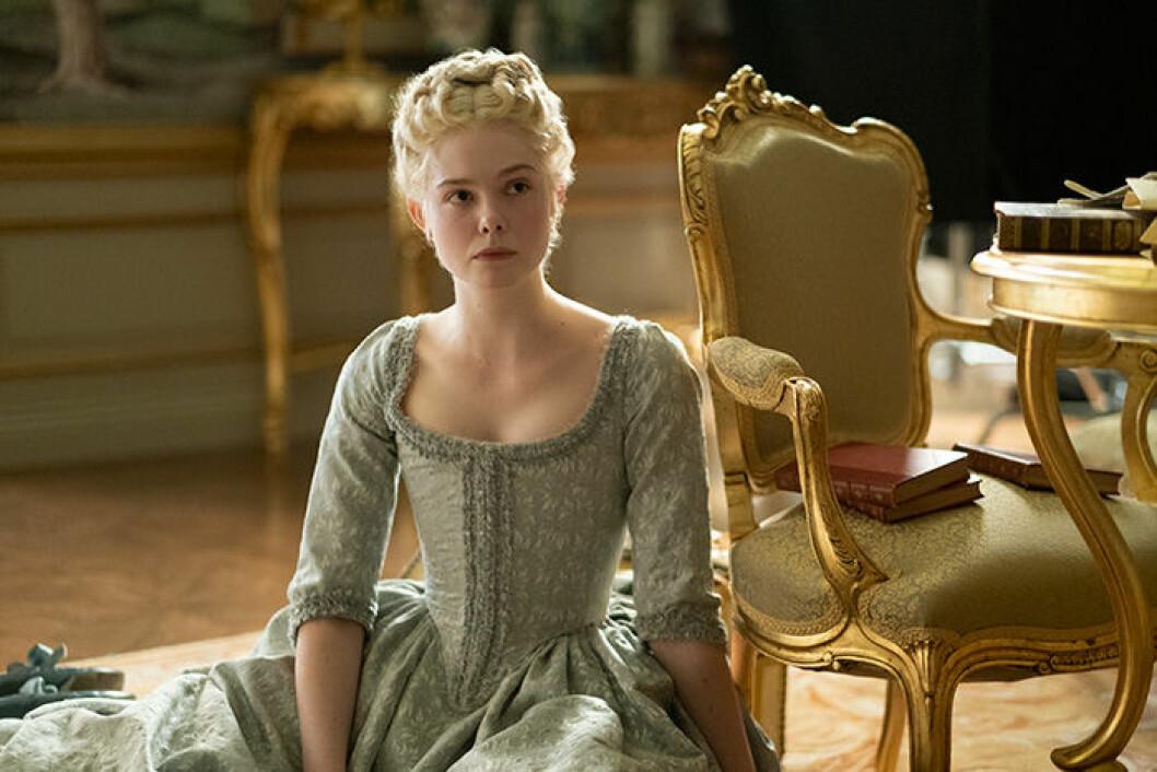 En bild på skådespelerskan Elle Fanning som är med i den nya tv-serien The Great på HBO.