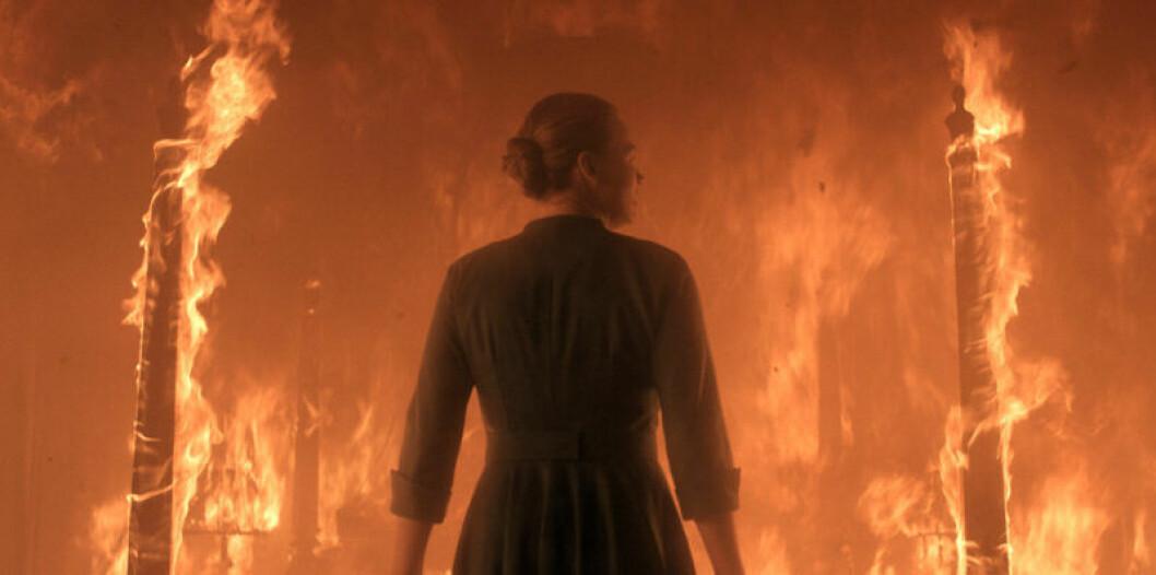 Serena i ett eldigt inferno i tredje säsongen av The Handmaid's Tale.