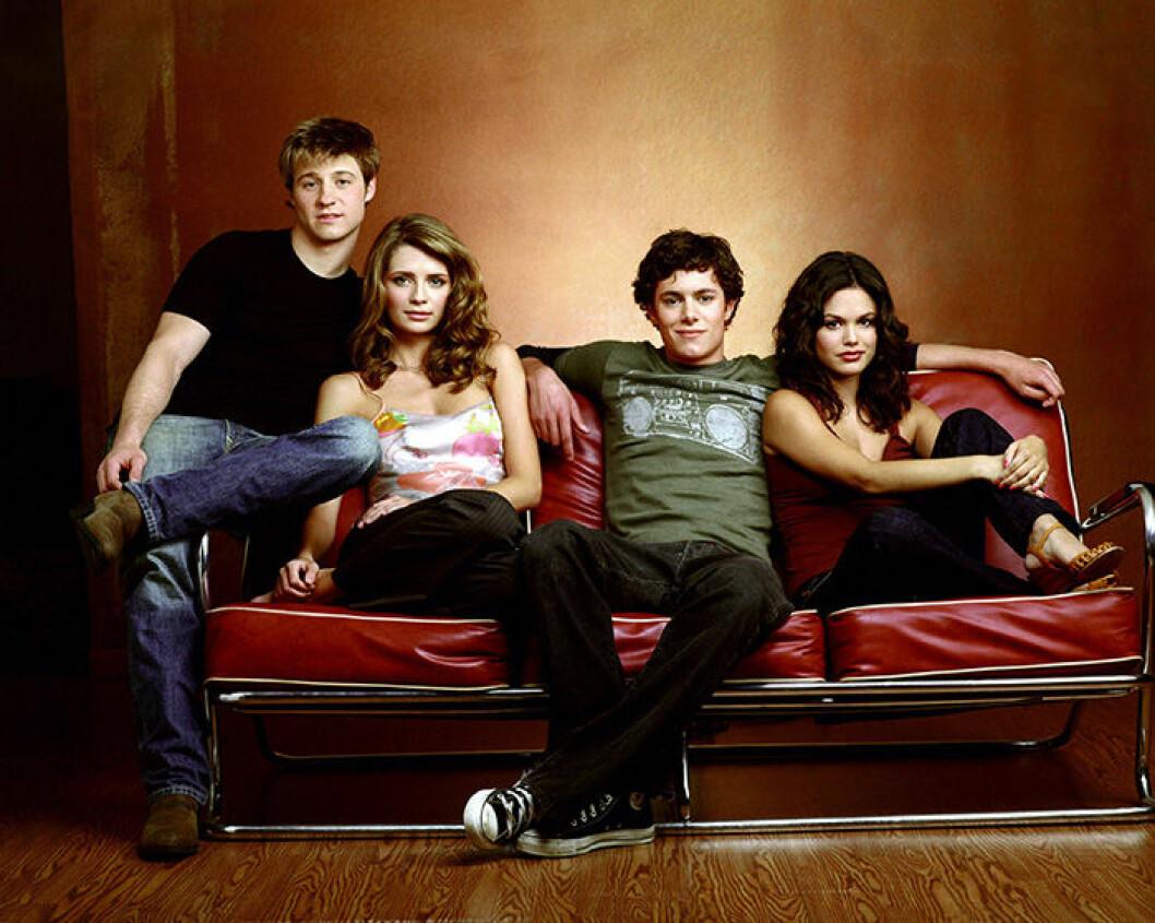 En bild på skådespelarna i tv-serien The O.C, Ben McKenzie, Mischa Barton, Adam Brody och Rachel Bilson.