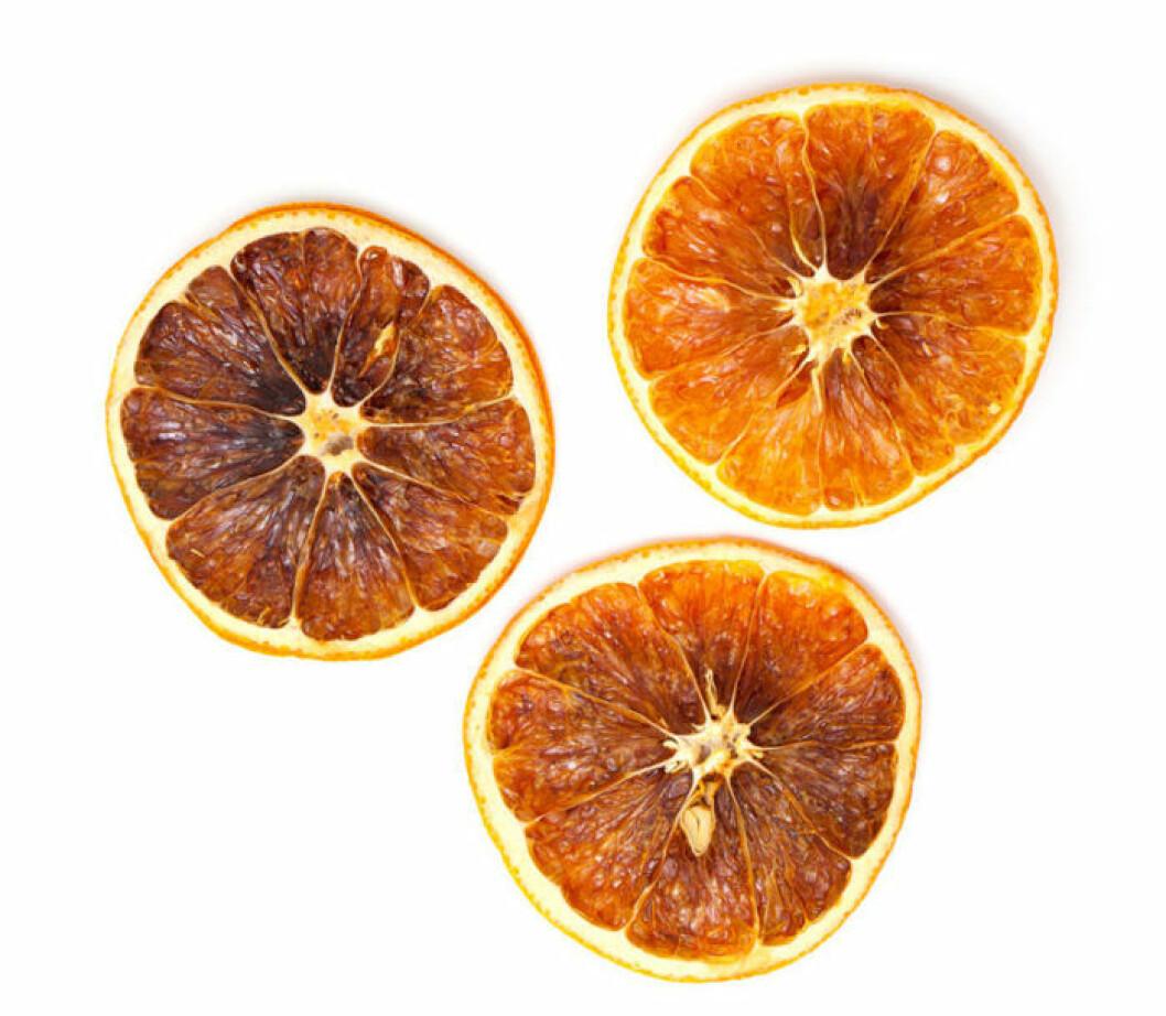 Det är enkelt att göra eget apelsinpulver – och nyttigt. Torka tunna apelsinskivor i ugnen och mal i en kaffekvarn.