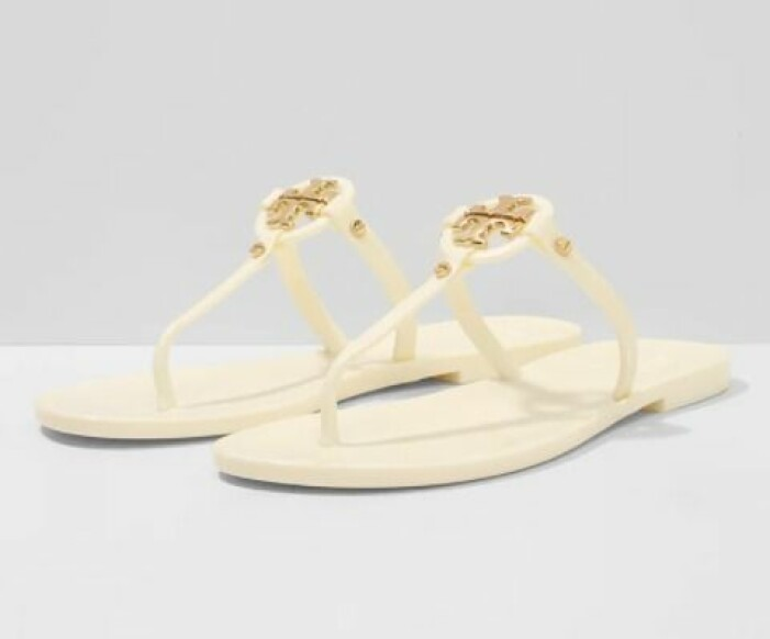 Minimalistiska sandaletter i flip-flop-modell med guldfärgad detalj. Flip-flops från Tory Burch.