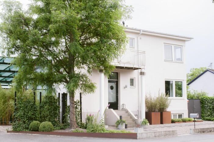 Trädgården i Lomma huset från framsidan funkis