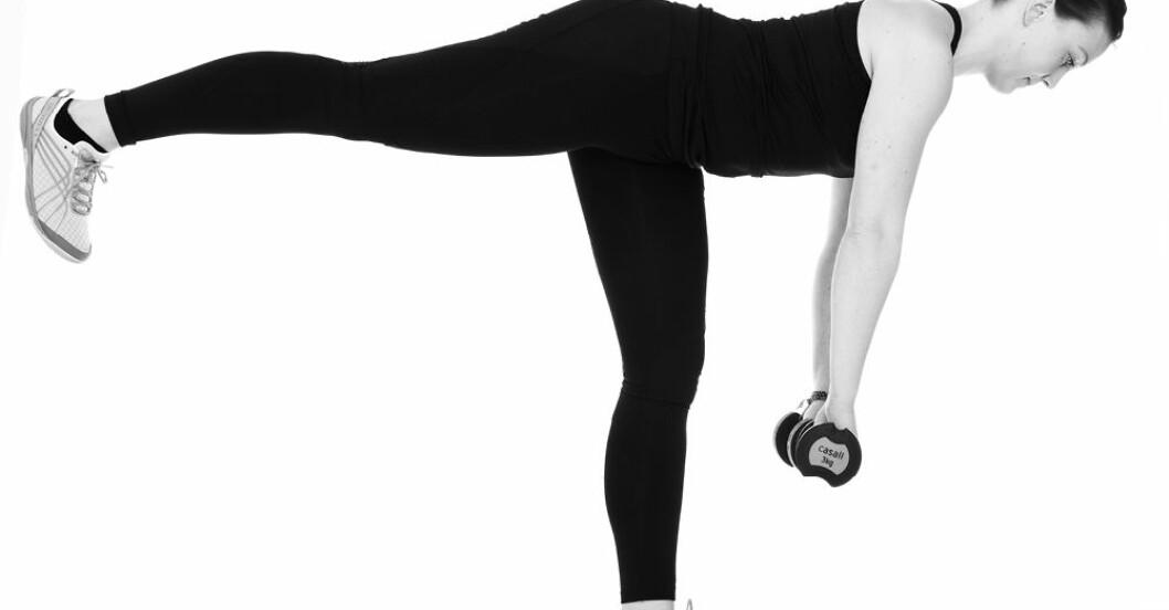 Tjej som tränar med vikter för snygg rumpa