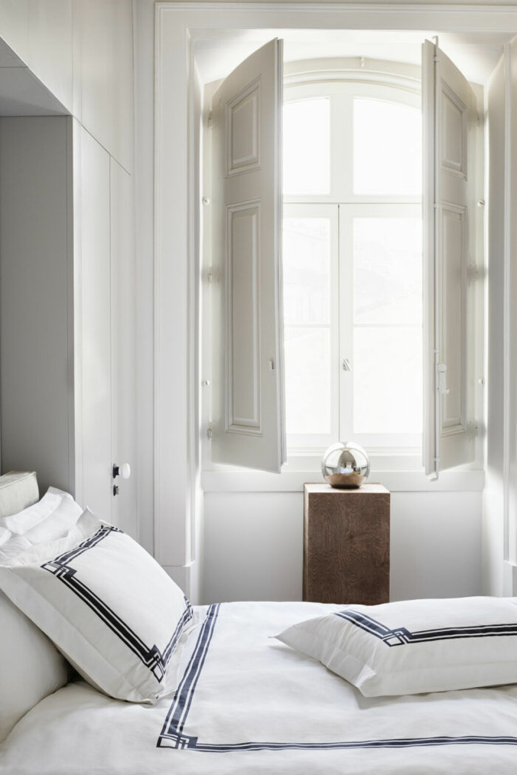 Klassiska hotellränder på sängkläderna är trendigt i sommar.