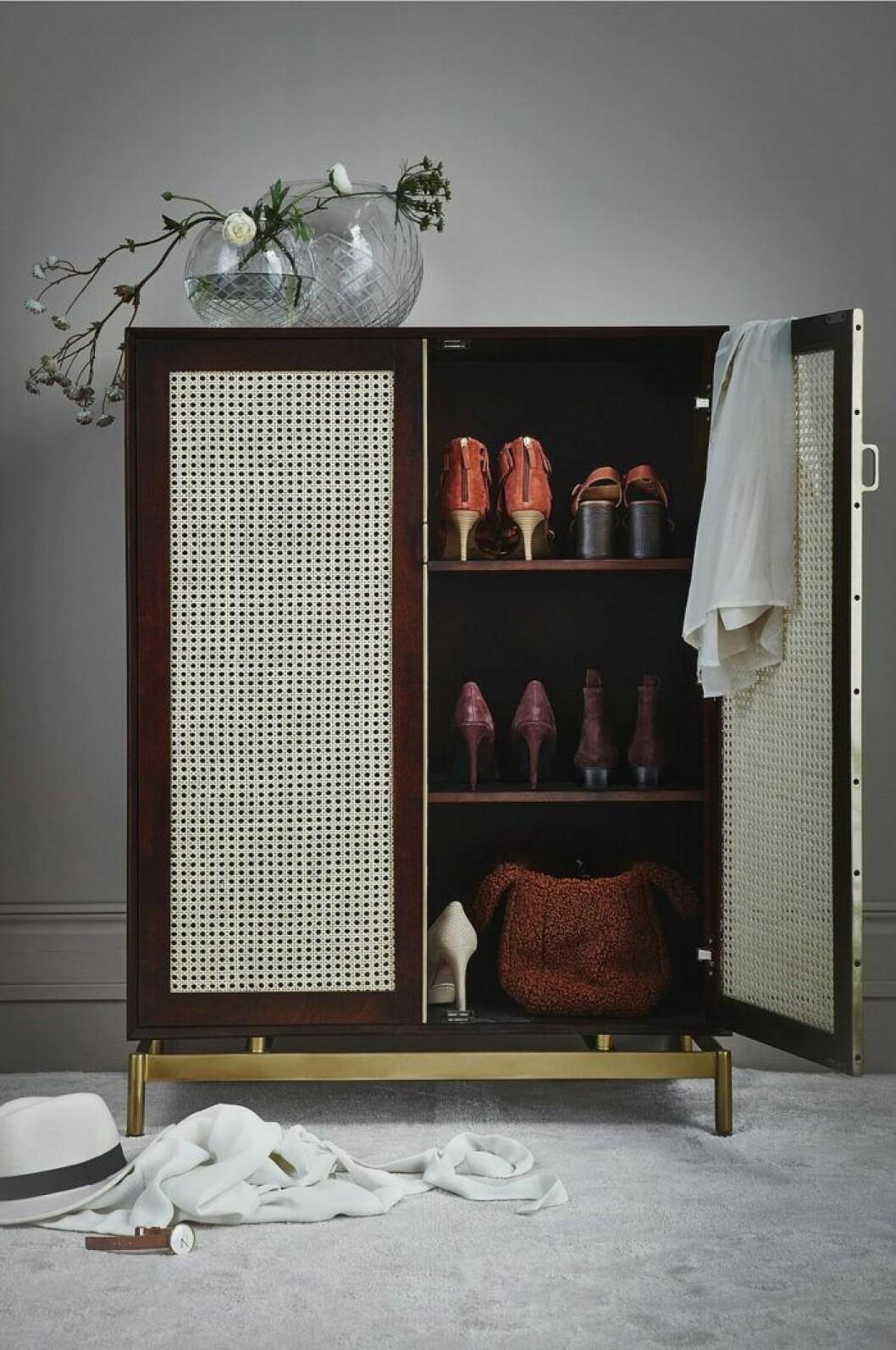 Eleganta rottingmöbler skapar hotellkänsla i sovrummet