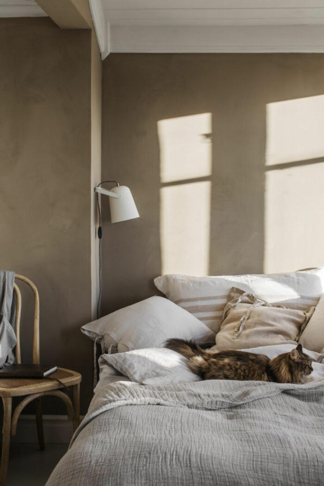 Trendiga sängkläder i sovrummet