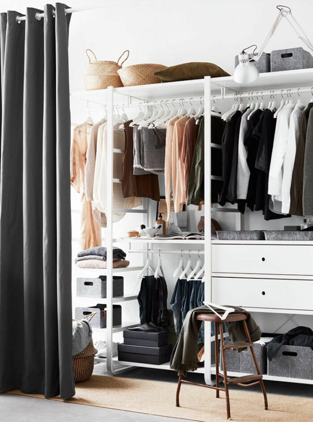 Skapa en walk in closet med ett draperi