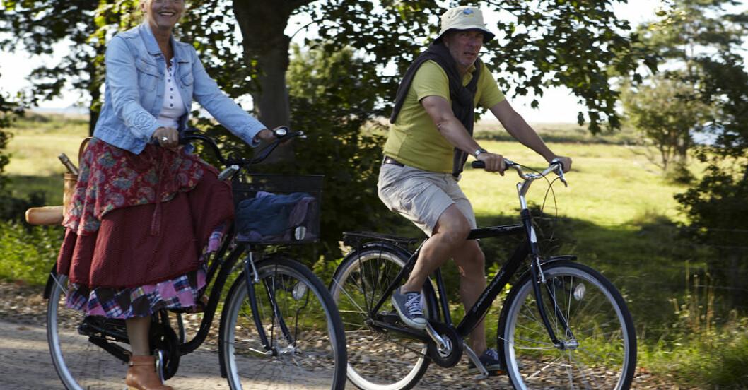 två personer på cyklar på landsväg i sverige