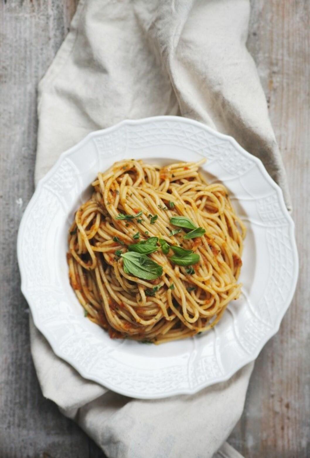 Spagetti med ugnsrostad paprikasås.
