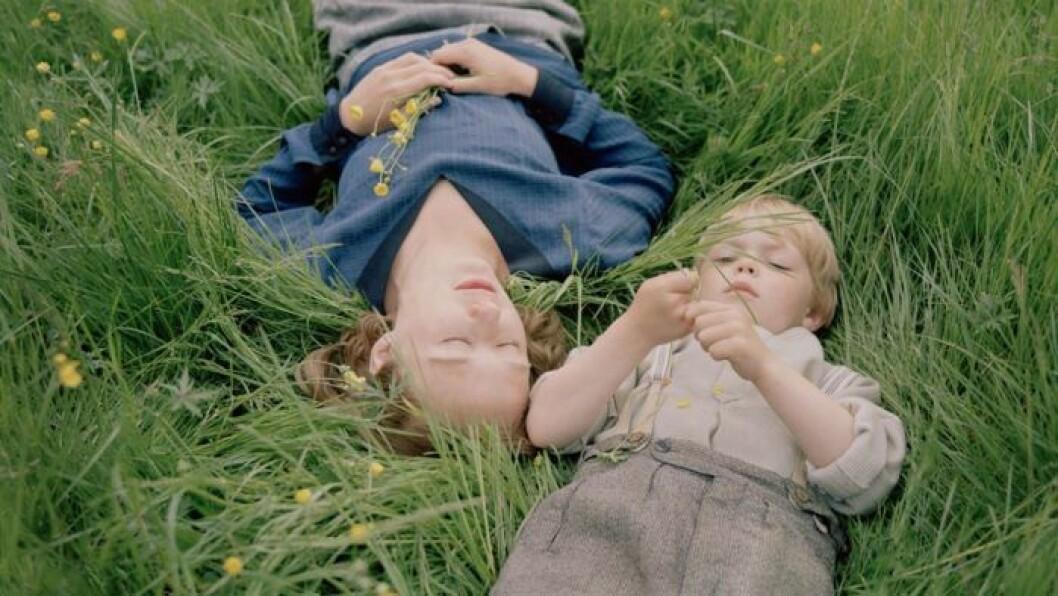 Alba August som Astrid och Marius Damslev som en 3-årig Lasse i filmen