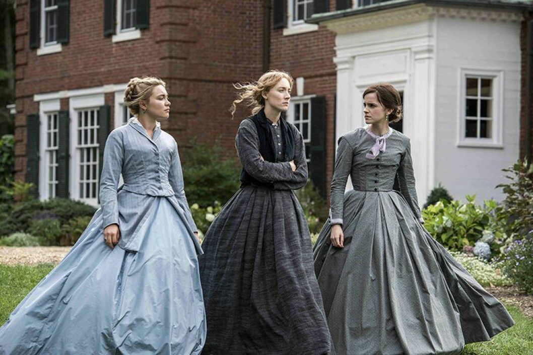 En bild från filmen Unga kvinnor med bland andra Emma Watson.